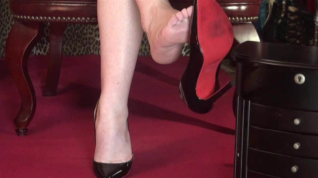 Barfuss Dangling in Lackpumps