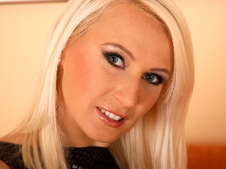 camgirl picture of gina-blonde