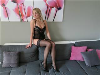 camgirl picture of KittenPlayful