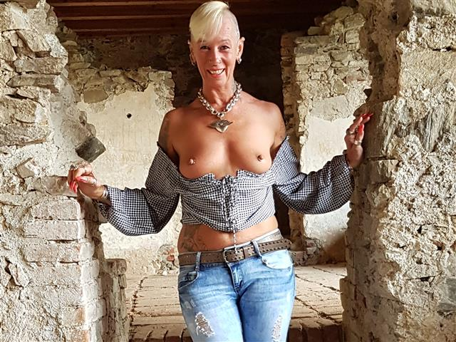 Bitcoin camgirl profile picture of ladyisabell666